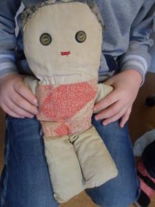 Førskolebarn viser frem en veldig gammel bamse!